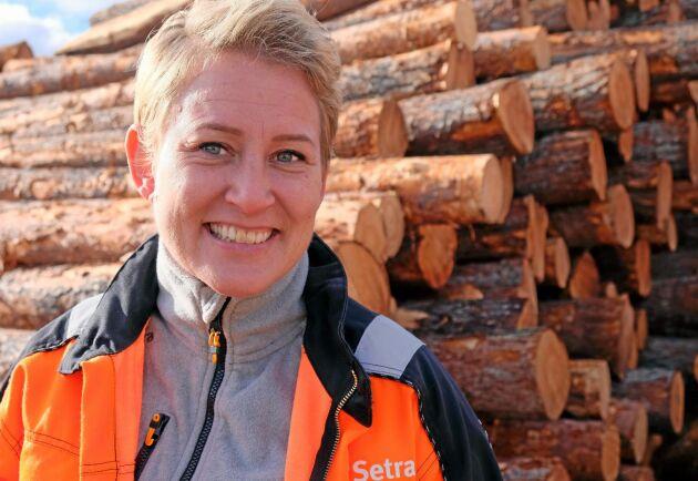 Setra i Malå sågar cirka 430000 m3 timmer per år. Marlene Bergström är ny platschef.