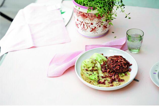Högrevsbiffar med bacon och kål blir lätt en favorit.