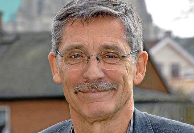 Bo Algers, professor emeritus, SLU, Åsa Hagelstedt, Generalsekreterare, Djurskyddet Sverige samt Gunnela Ståhle Ordförande, Vi Konsumenter är tre av debattskribenterna.