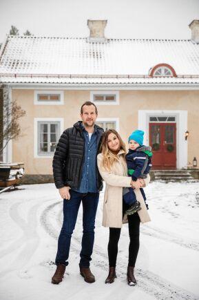 Robert Pernolf och Åsa Gustafsson med yngsta barnet Edvin framför släktgården i Klenshyttan.
