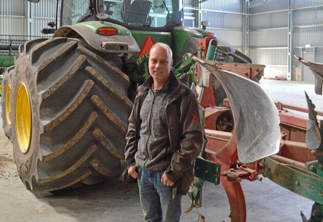 För David van Alphen de Veer, är plogen än så länge ett viktigt redskap i gårdens bekämpningsmedelsfria odling. All plöjning görs on-land och med extra breda däck för att minska alvpackningen.