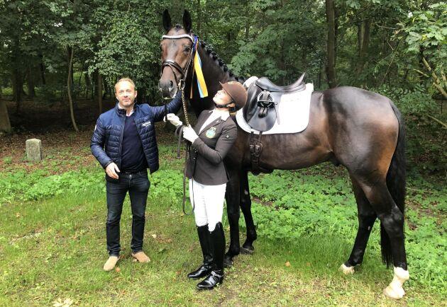 """""""Många har blivit av med sina jobb eller blivit permitterade. Konst och hästar ryker när det är sämre tider"""", säger uppfödaren och hingstägaren Tobias Hansson. Här tillsammans med Jeanna Högberg och hästen Mr Grey VH när ekipaget vann Breeders Trophy för 4-åriga dressyrhästar."""