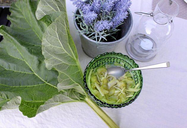 Gillar du pressgurka så ska du prova det här! Gör på samma sätt men byt ut gurkan mot rabarber.