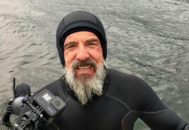 Mikael Frödin vid den olovliga filmningen av laxodlingen.