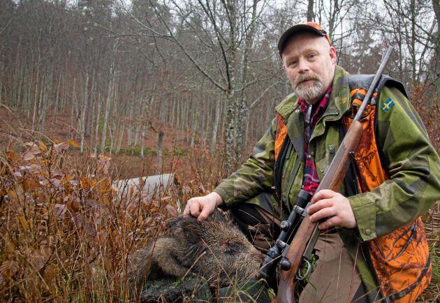 Jägaren Alf Blåder jagar dagligen och fäller ett 70-tal vildsvin per år.