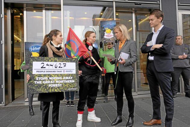 Lina Burnelius från Greenpeace och artisten Sofia Jannok lämnade i dag över namnunderskrifterna till Essitys representant Kersti Strandqvist.