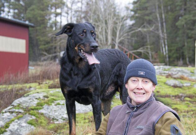 Ankie Hermansson med Bosk, en av hennes sex Beauceron-hundar.