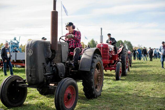 Riktiga pärlor till veterantraktorer kör in på rad till eventet Bosarpsdagen nyligen.