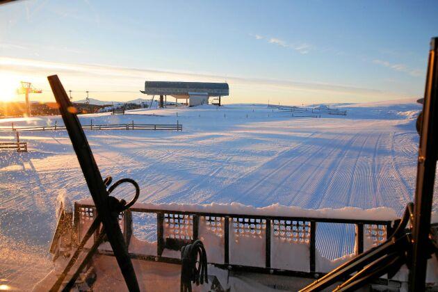 Uppe är vädrets makter mycket mer påtagliga än nere i dalen och under klara dagar ser man långt in i Norge.