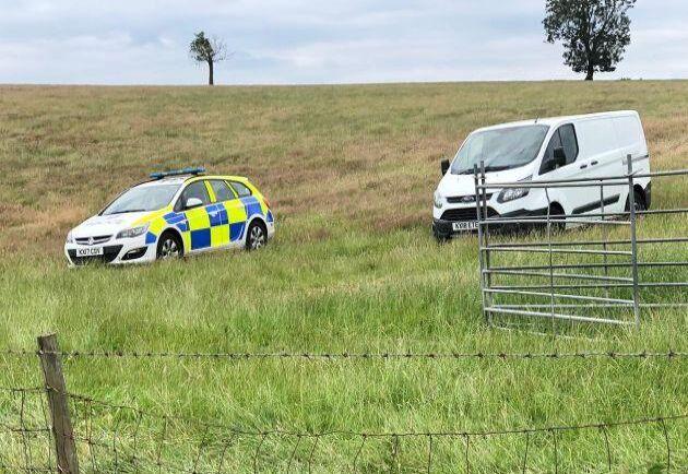 Bild från slaktbrottet i närheten av Whilton i Northhamptonshire den 9 juli. Polisen anländer till gården.
