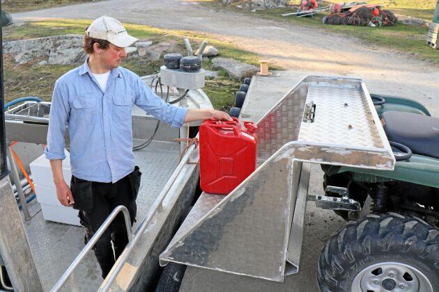 Alexander Vidlund, Skurusund, Ängsö har byggt ett lågt lastplan till fyrhjulingen. Planet ger rätt lyfthöjd är bränsledunkar och fisklådor ska lyftas i och ur arbetsbåten. Dessutom slipper han lyft två, från kaj till fyrhjulingsvagnen.