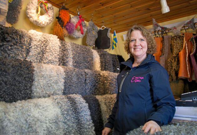 Skinnen, som förädlas av Tranås skinnberedning, säljs i Ekastigas gårdsbutik. Annette Nilsson visar upp ett urval.