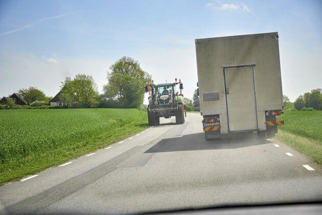 På väg till nästa stopp. Möten med traktorer är inte ovanligt på de mindre landsbygdsvägarna.