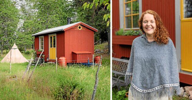 Paula Edén vid sin rullande stuga på 13 kvadrat i en kohage utanför Tranås. Tipin (tältet fungerar som gäststuga.