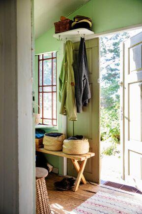 Fint spel mellan den väggens gröna färg och fönstrens engelskt röda i den nyrenoverade farstun