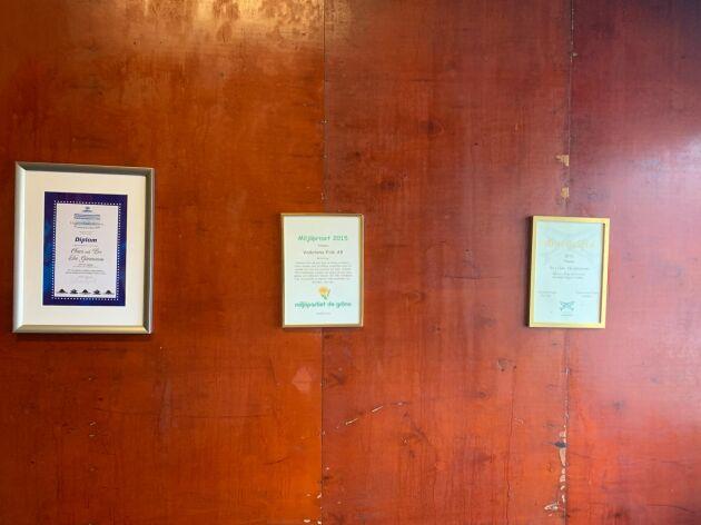 Diplomen från Miljöpartiet och andra aktörer hänger snyggt uppradade på väggen i fikarummet. Det finns stora miljöfördelar med att odla fisk på torra land.