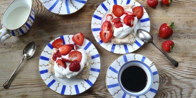 Enkel marängtårta i långpanna – med marinerade jordgubbar