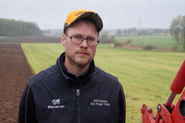 Per Nilsson plöjer efter att ha skördat rågvete i maj. Nu blir det korn med insådd på fältet.