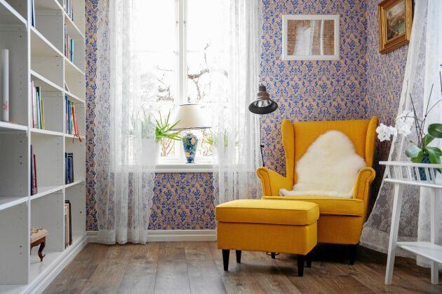 """Härliga färger och inbyggd Ikeahylla i """"biblioteket""""med läsfåtölj och gammaldags papptapet som inte går att våttorka."""