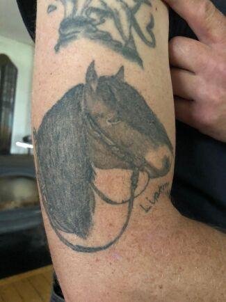 """Så här skriver Emma: Det är min sambo Ulf Magnusson som totalt har tre arbetshästar och en tjur tatuerade. """"Nordsvenska brukshästen Lipton 1984 var en av de bästa arbetskompisar jag haft. Tjuren symboliserar jordbrukets djur"""" hälsar Uffe som under många år bedrivit jordbruk med nöt och häst samt jobbat som djurtransportör."""