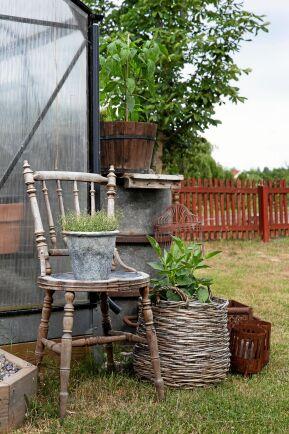 Inomhusmöbler som är på väg att kasseras, kan få livet förlängt om de flyttas ut i trädgården. Vackert väderbiten och med skön patina blir de till glädje många år till.