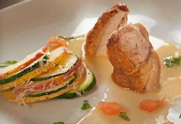 En smörsås som denna, med eller utan tomater, fungerar jättefint även till fisk, stekt eller pocherad.