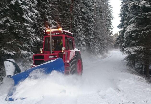 I vinter får Tommy Severinssons Volvo BM 2650 S ut och jobba med snöröjning. I den nybygga frontlyften hänger en spetsplog. Från hytten styrs lyften och därmed plogen med en joystick.