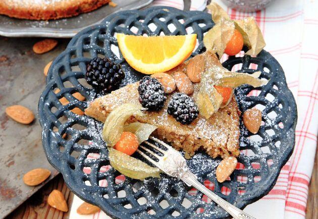 Phsysalis och björnbär är gott att toppa kakan med.
