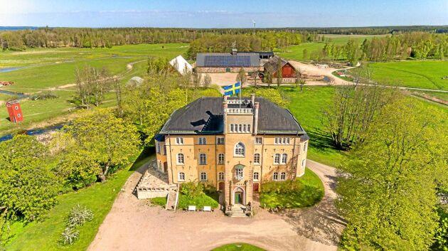 Den som kan avvara närmare 100 miljoner kronor kan bli ägare till ett västgötskt slott med omgivande byggnader och marker.
