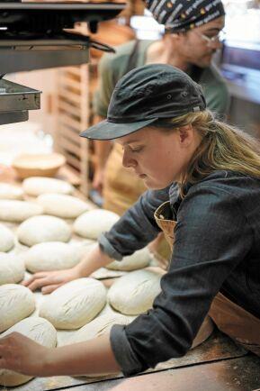 De första månaderna innebar 50-60 timmars jobb i veckan för Maja, som nu dock lärt sig arbeta mer effektivt.