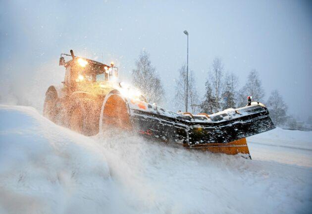 Plogbilar håller sig till de allmänna vägarna på många håll i vinter.