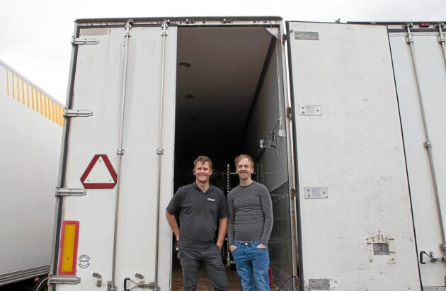 Temporära odlingsrum. Mathias Persson och Solbacka champinjoners vd Niklas Lundh.