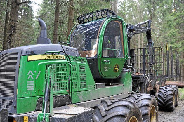 Skogsmaskinerna går på högvarv för att rensa ut angripna bestånd.