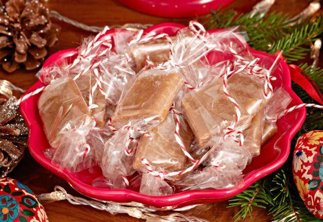 Skär upp saffranskolan i bitar och svep in den i gulliga portionsförpackningar.