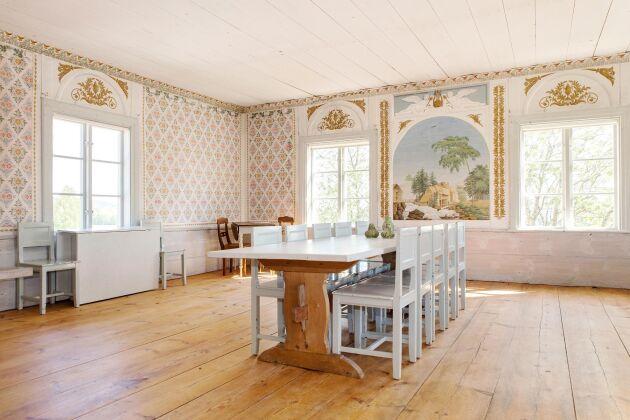 Festhusets övervåning med schablonmålningen som på sextiotalet blev en säljsuccé under namnet Gästgivars-tapeten.
