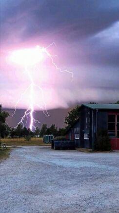Grannens bild på blixtnedslaget.