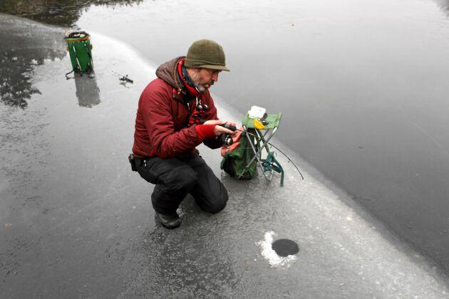 Lands fiskereporter med en fin fisk på gång. Regnbågen är en stark fisk som det inte är att veva upp hur som helst.