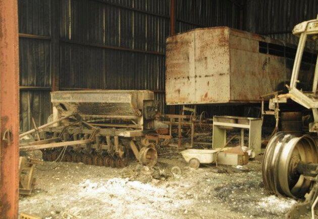 Familjen Duff i New South Wales förlorade maskiner när skogsbranden plötsligt drog in över familjens lantbruk.