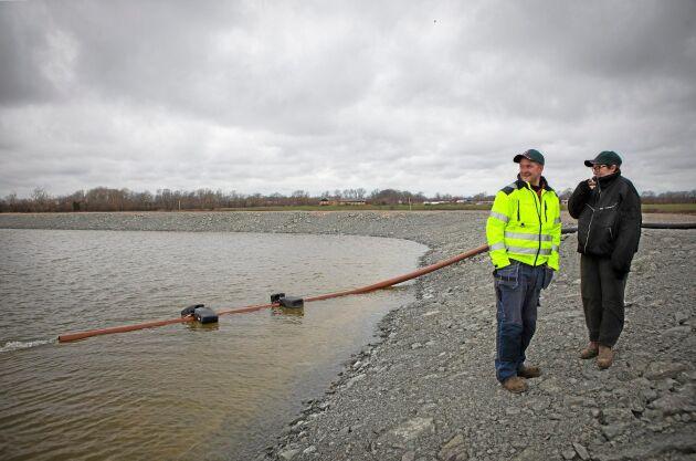 Tobias och Karin Knutssons damm rymmer 100 000 kubikmeter och det vatten som används har samlats in under vintern för att användas till dammen.