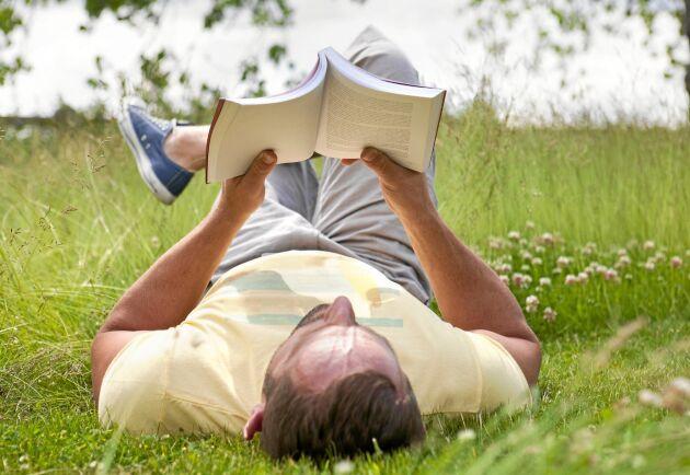 LÅT TIDEN GÅ! Lägg undan telefonen och surfplattan och unna dig ett gammaldags sätt att njuta av läsning. En god bok får ner dig i varv, och öppnar kanske en värld du inte kände till.