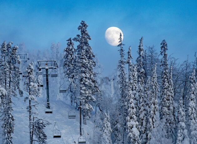 När solen går ner kastar istället en praktfull måne sitt ljus över Kådalisberget.