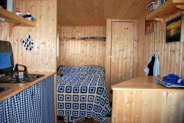 Den ytsnåla och praktiska inredningen i stugan har Knud och Lisbeth själva ritat och byggt.