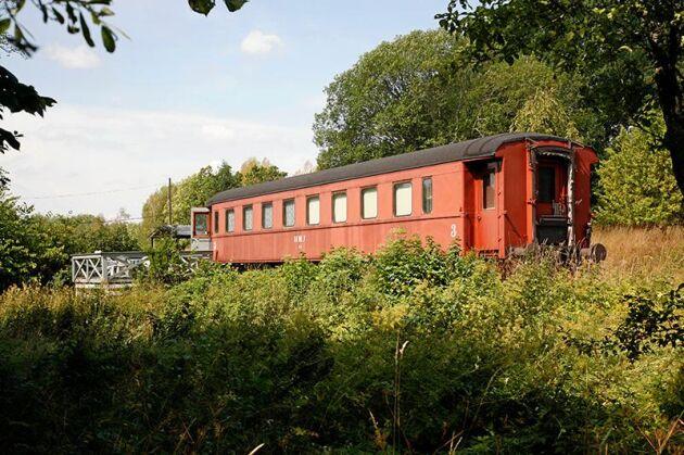 Ett vandrarhem i form av en tågvagn ingår också i affären.