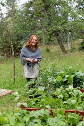 Att vara utomhus är viktigt för Paula. När hon inte pysslar med odlingarna eller lagar mat på eldplatsen går hon ofta runt i skogen och bara är, eller sätter sig under ett träd och mediterar.