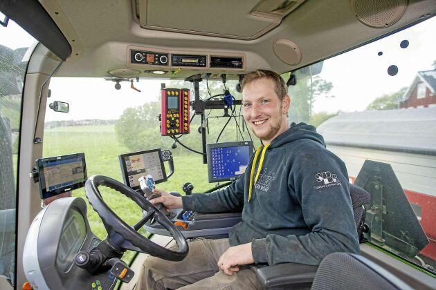 GPS-utrustning, markkartering, N-sensor för att mäta kvävebehovet och logmaster för att dokumentera arbetstid och bränsleåtgång. Tekniken är ett verktyg, men växtodlingen är drivkraften för Erik.