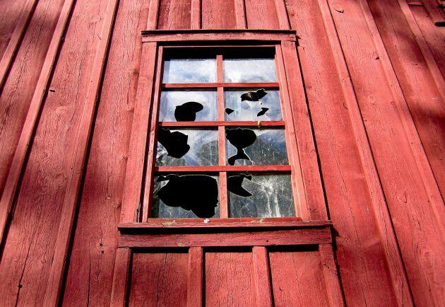 Ingen katastrof. Spröjsade fönster är perfekta att laga själv, små glas att hantera.