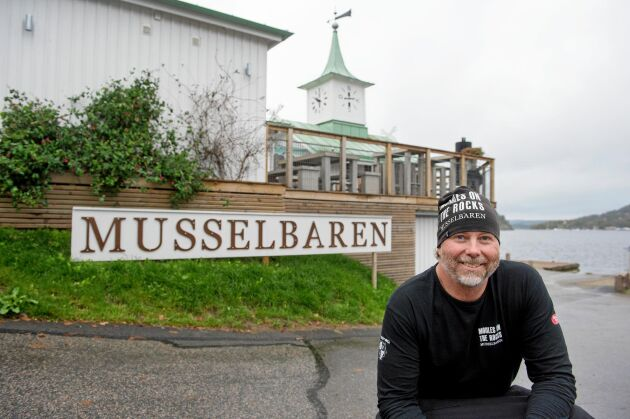 Janne Bark framför sin musselrestaurang Musselbaren i Ljungskile.