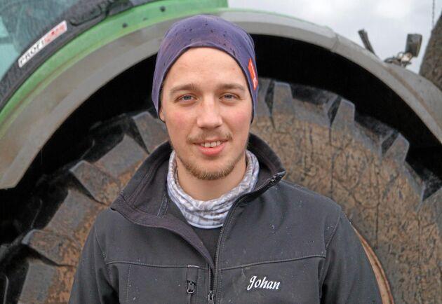 Johan Lundin kommer från Jämtland. Han jobbar som traktorförare i Skåne under sommarhalvåret och kör pistmaskin i fjällen på vintern.