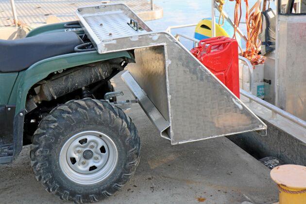 Lastplanet hänger på fyrhjulingens dragkrok och säkras av två skruvar i pakethållaren. Sargarna och gavlarna är skonade med en rundstång i aluminium för att vara snällare mot den som lastar.