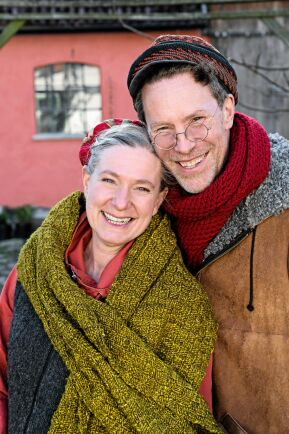 Marie och Gustav gläds åt att bli mormor och morfar nu när deras första barnbarn föds.